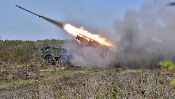 Реактивная система залпового огня «Ураган» во время тактических артиллерийских учений на полигоне Молькино в Краснодарском крае - Sputnik Italia