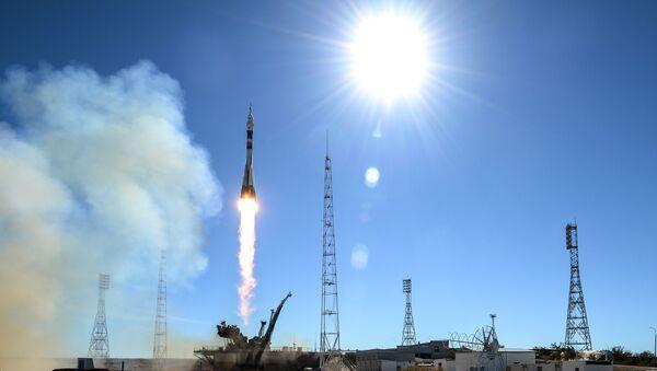 Старт ракеты-носителя Союз-ФГ с пилотируемым кораблем Союз МС-10 - Sputnik Italia