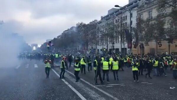 Le proteste di massa dei gilet gialli contro l'aumento dei prezzi dei carburanti a Parigi - Sputnik Italia