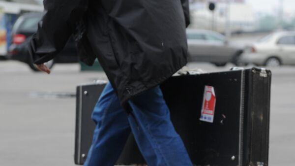 Un uomo in partenza con una valigia - Sputnik Italia