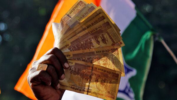 A man displays 500 Indian rupee notes during a rally organised by India's main opposition Congress party against the government's decision to withdraw 500 and 1000 Indian rupee banknotes from circulation, in Ajmer, India, November 24, 2016. - Sputnik Italia