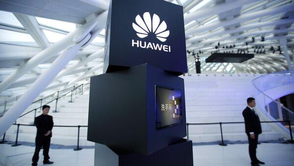 Una pilastra con Huawei logo - Sputnik Italia