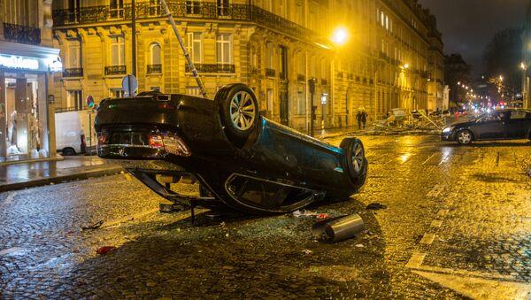 Automobile ribaltato dopo le proteste dei gilet gialli a Parigi - Sputnik Italia