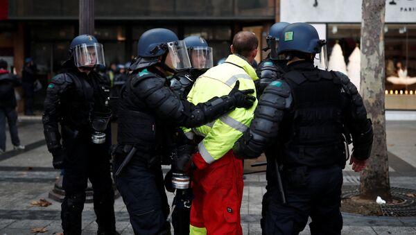La polizia francese ferma un manifestante dal gilet giallo - Sputnik Italia