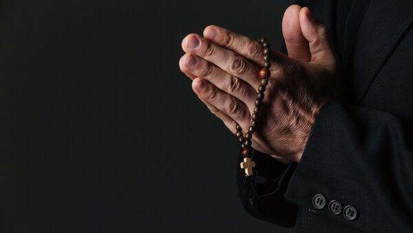 Четки в руках священника - Sputnik Italia