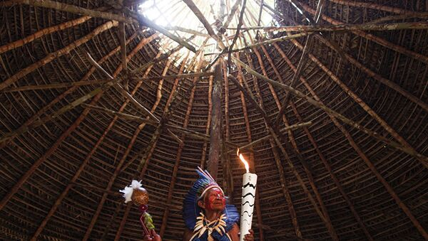 Dessana indigenous shaman Raimundo Dessana holds the Olympic Torch during a ritual at the Tupe Reservation in the outskirts of Manaus, Amazonas, Brazil, on June 20, 2016 - Sputnik Italia