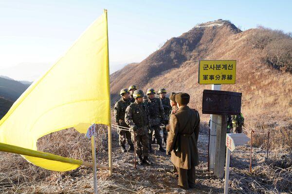 I soldati delle due Coree si incontrano al confine - Sputnik Italia