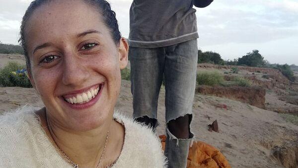 Silvia Costanza Romano, volontaria italiana rapita in Kenya (a sinistra) - Sputnik Italia