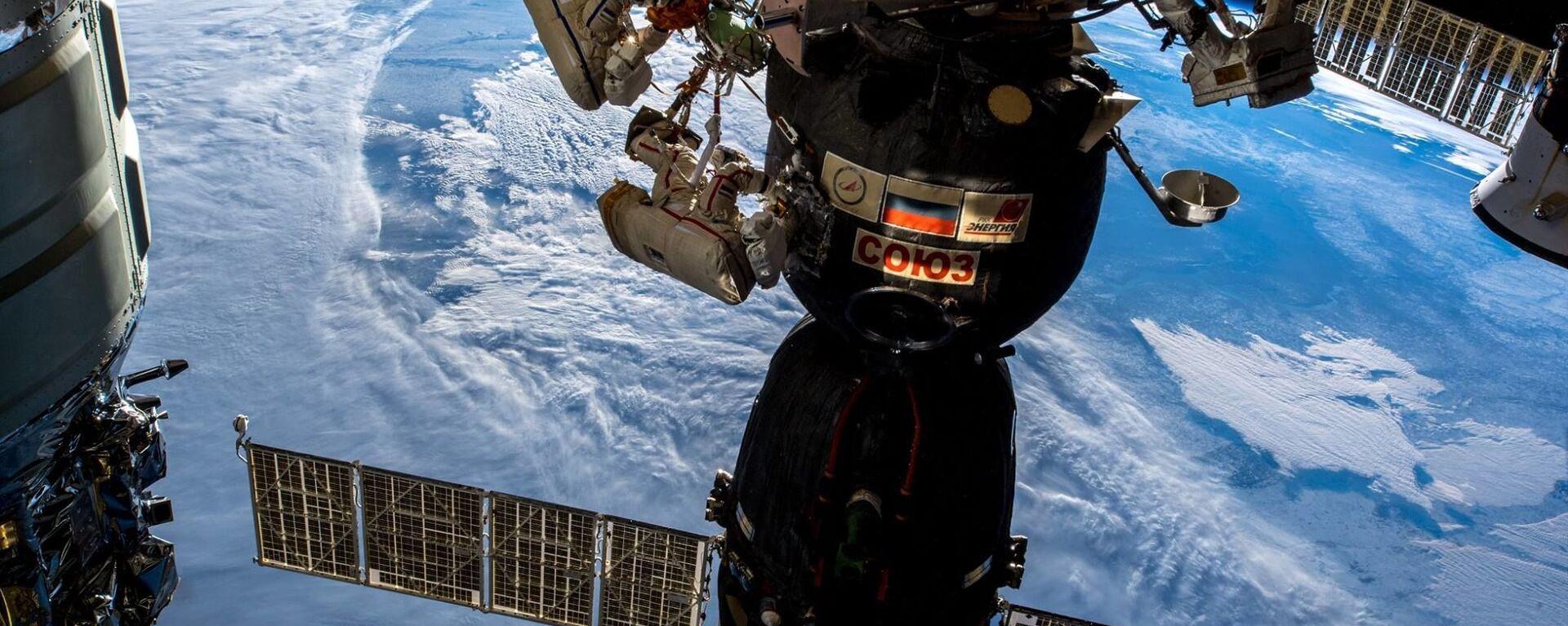 I cosmonauti russi Oleg Kononenko e Sergei Prokopyev nello spazio aperto. - Sputnik Italia, 1920, 27.09.2021