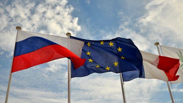 Flags of Russia, the EU and France on the promenade of Nice - Sputnik Italia