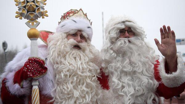 I babbi Natale russo e finlandese, Nonno Gelo e Joulupukki, si sono incontrati al confine tra Russia e Finlandia - Sputnik Italia