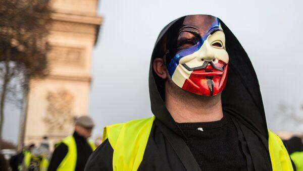 Partecipante delle proteste dei gilet gialli in Francia - Sputnik Italia