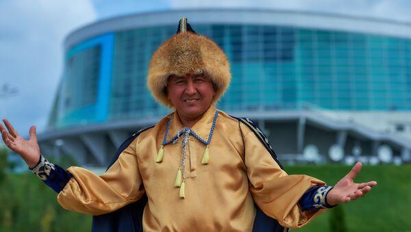 Un abitante della Repubblica del Bashkortostan all'ingresso del parco Batan ad Ufa - Sputnik Italia