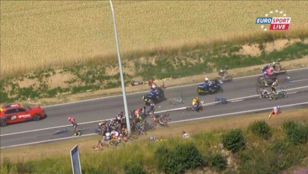 Maxi caduta nella terza tappa di Tour de France - Sputnik Italia