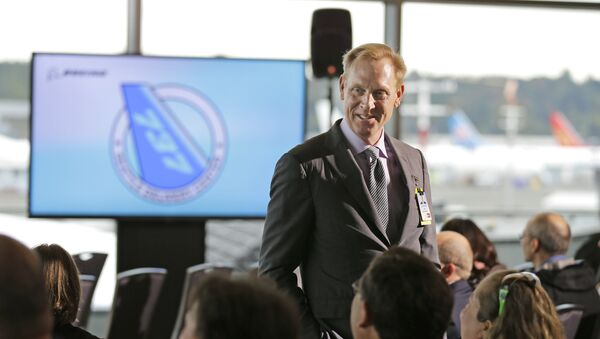 Pat Shanahan, senior vice president of Airplane Programs for Boeing Commercial Airplanes, greets guests at a re-opening ceremony for Boeing's newly expanded 737 delivery center, Monday, Oct. 19, 2015, at Boeing Field in Seattle - Sputnik Italia