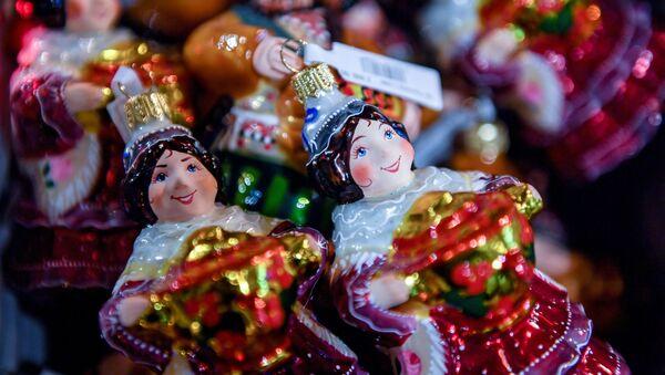 Addobbi natalizi nel centro commerciale GUM a Mosca. - Sputnik Italia