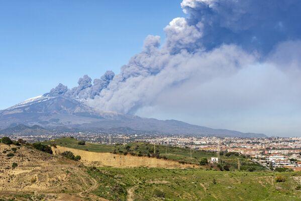 Nube di fumo all'Etna, il 24 dicembre 2018 - Sputnik Italia