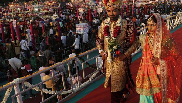 Молодожены после массовой свадебной церемонии в Индии  - Sputnik Italia