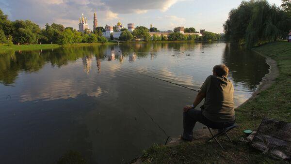 Pescatore sulla Moscova di fronte al Monastero di Novodevici a Mosca - Sputnik Italia