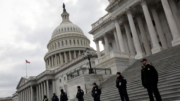 Capitol Hill Police officers look on as activists gather at the US Capitol to protest President Donald Trump's executive actions on immigration in Washington January 29, 2017 - Sputnik Italia