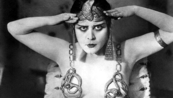 L'attrice americana Theda Bara interpreta Cleopatra - Sputnik Italia