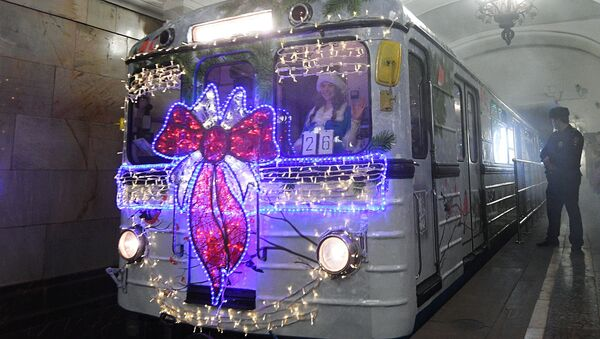 Un treno natalizio della metropolitana di Mosca - Sputnik Italia