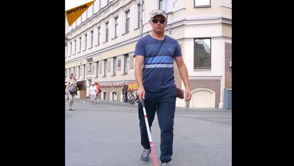 Un esperimento: una persona cieca si lascia cadere di mano il portafoglio - Sputnik Italia