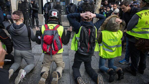 Участники акции протеста движения автомобилистов желтые жилеты в районе Триумфальной арки в Париже - Sputnik Italia