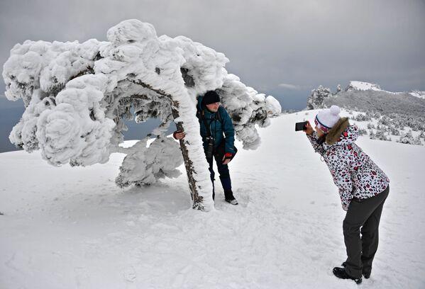 I turisti si fanno le foto alla montagna Ai-Petri. - Sputnik Italia