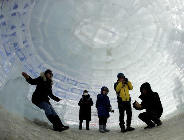 I turisti dentro un igloo costruito per le Olimpiadi invernali a Pyeongchang, Corea del Sud. - Sputnik Italia