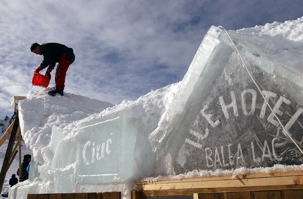 Costruzione di un albergo di ghiaccio nella Romania. - Sputnik Italia