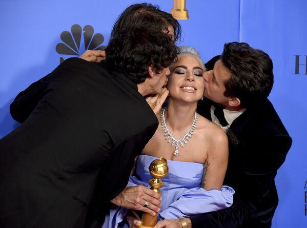 Anthony Rossomando, Andrew Wyatt e Mark Ronson baciano Lady Gaga al Golden Globe. - Sputnik Italia