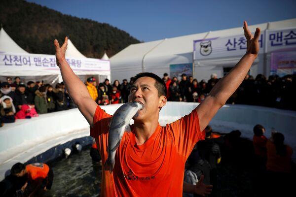 Un partecipante al festival di trota a Hwacheon, Corea del Sud. - Sputnik Italia