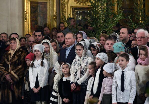Il presidente russo Vladimir Putin visto durante la messa di Natale Ortodosso a San Pietroburgo. - Sputnik Italia