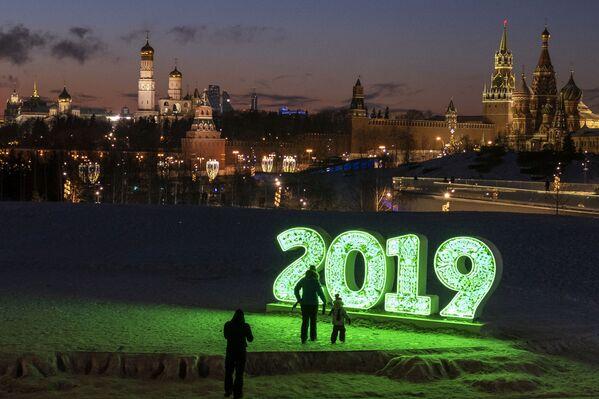I visitatori del parco Zaryadye a Mosca. - Sputnik Italia