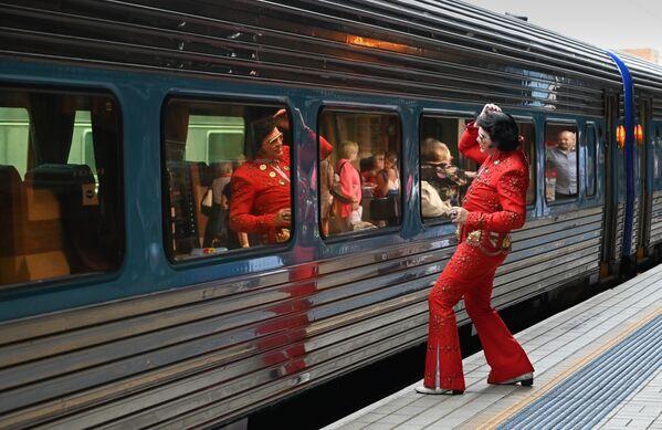 Un ammiratore di Elvis Presley visto alla Stazione centrale prima di prendere il treno verso il Parkes Elvis Festival a Sydney. - Sputnik Italia