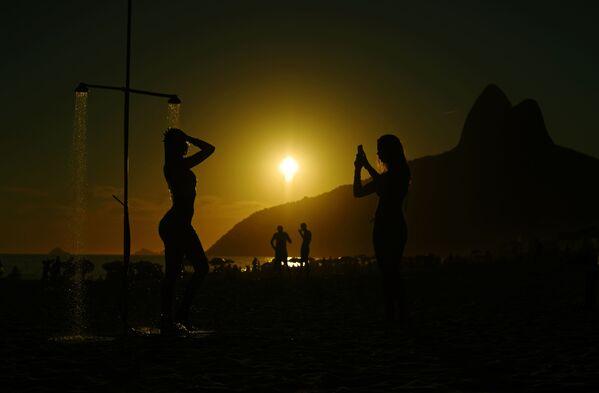 Alla spiaggia Ipanema a Rio de Janeiro, Brasile. - Sputnik Italia