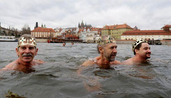 La nuotata tradizionale di Natale Tre re a Praga. - Sputnik Italia