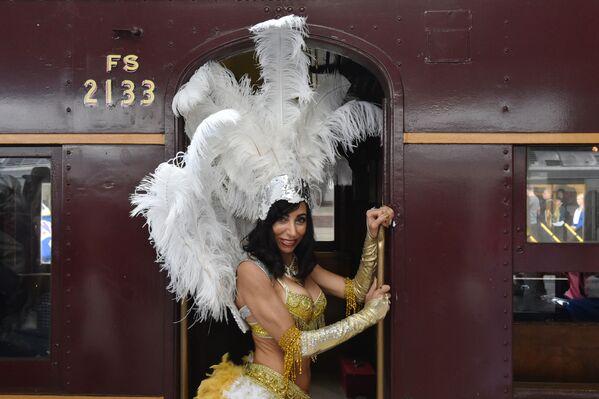 Un'ammirattrice di Elvis Presley vista alla Stazione centrale prima di prendere il treno verso il Parkes Elvis Festival a Sydney. - Sputnik Italia
