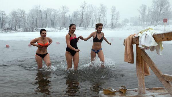 Il bagno ghiacciato nell'Epifania ortodossa ad Abakan - Sputnik Italia
