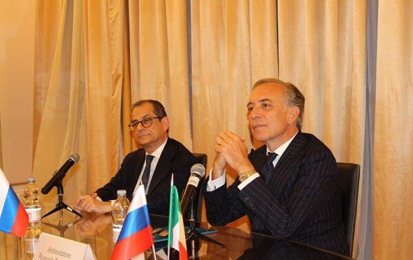 Il ministro Tria insieme all'ambasciatore d'Italia in Russia Pasquale Terracciano - Sputnik Italia