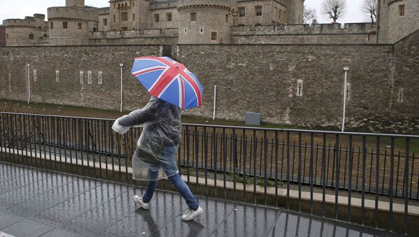 A tourist carrying a Union Flag umbrella walks in the rain during a spell of wet weather, next to The Tower of London, in London, Britain January 15, 2017. - Sputnik Italia