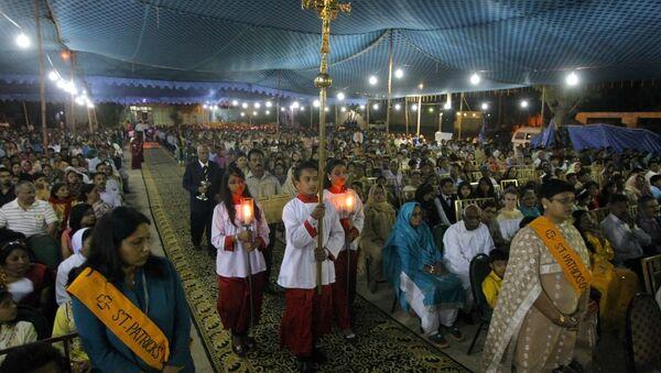 Pakistani Christians attend an early morning Easter service at St. Patrick church in Karachi, Pakistan, Sunday, April 16, 2017 - Sputnik Italia