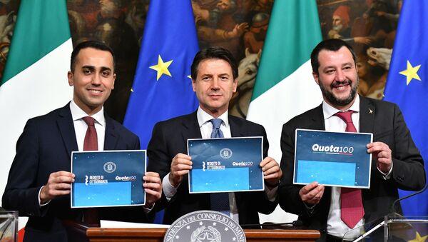 Luigi Di Maio, Giuseppe Conte e Matteo Salvini dopo il voto sul reddito di cittadinanza e quota 100 - Sputnik Italia