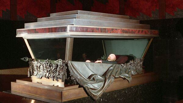 Забальзамированное тело В.И. Ленина в Мавзолее на Красной площади - Sputnik Italia