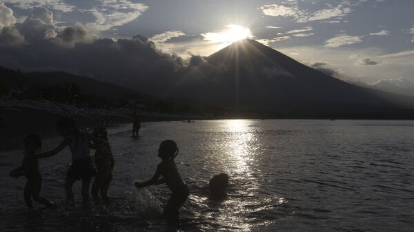 a beach with Mount Agung volcano seen in the background during sunset in Karangasem, Bali, Indonesia. - Sputnik Italia