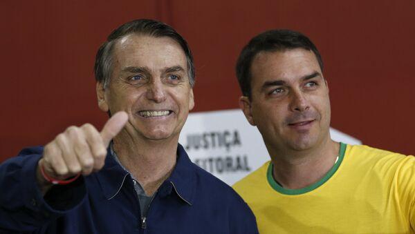 Candidato à presidência do Brasil, Jair Bolsonaro (PSL), vota no Rio de Janeiro junto ao seu filho Flávio, em 7 de outubro de 2018 - Sputnik Italia