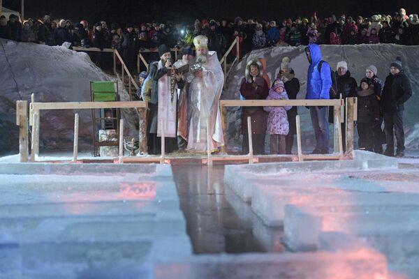 La benedizione dell'acqua da un sacerdote, vicino a San Pietroburgo. - Sputnik Italia