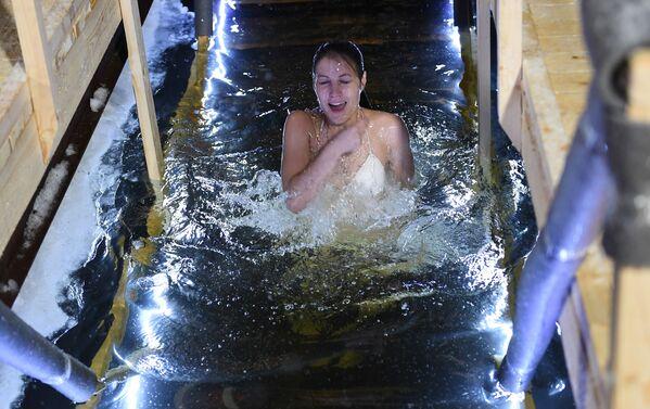 Una ragazza si tuffa nell'acqua gelata nel centro di Mosca. - Sputnik Italia