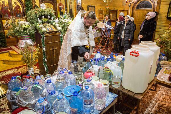 La benedizione dell'acqua da un sacerdote, un villaggio Pryazha. - Sputnik Italia